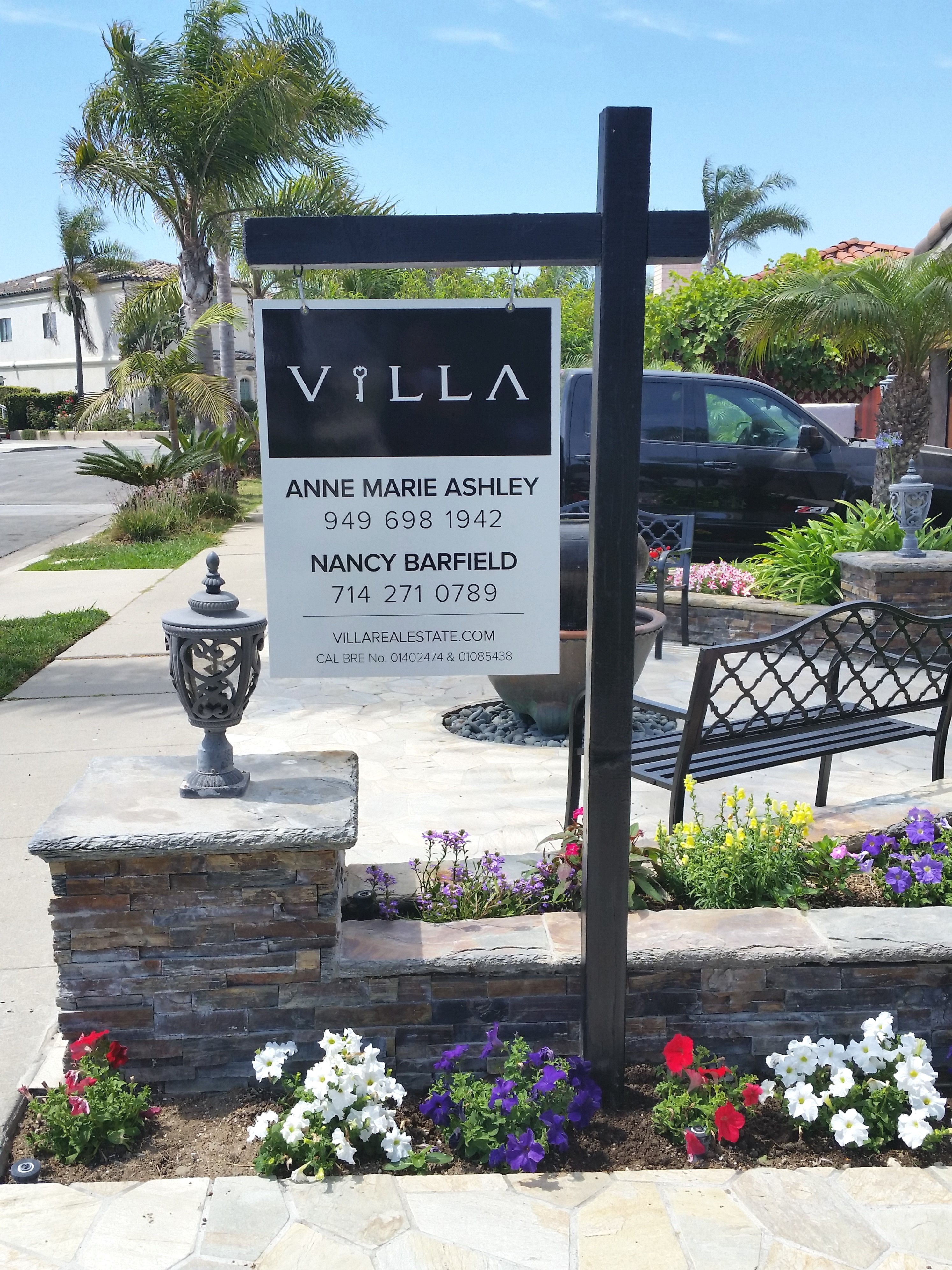 Senior Realtors Use Real Estate Signs